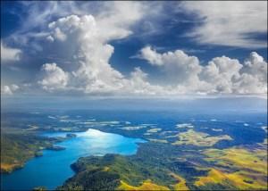 Festival Danau Sentani adalah festival pariwisata tahunan yang diadakan di sekitar Danau Sentani. Festival ini diselenggarakan sejak 2007 dan telah menjadi festival tahunan dan masuk dalam kalender pariwisata utama. FDS ini banyak diikuti oleh turis Belanda maupun turis lokal. Festival Danau Sentani diadakan pada pertengahan bulan Juni tiap tahunnya selama lima hari berturut. Festival ini diisi dengan tarian-tarian adat di atas perahu, tarian perang khas Papua, upacara adat seperti penobatan Ondoafi, dan sajian berbagai kuliner khas Papua. Karnaval Festival Danau Sentani diikuti seluruh paguyuban di Kabupaten Jayapura dan Kota Jayapura. Dari masing-masing paguyuban baik dari luar Papua maupun di Papua sendiri yang turut serta dalam pagelaran tersebut menampilkan budaya tradisional, tari-tarian tradisional yang diiringi lagu daerah. Festival ini adalah bukti pemeliharaan persatuan dan kesatuan di antara sesama suku, ras, agama. Nasionalime yang sangat kental terjalin di antara sesama, mengingat di Papua terdiri dari ratusan suku-suku kecil yang terkadang gampang bentrok. Tiga agenda pokok FDS, selain karnaval nusantara di antaranya adalah pagelaran budaya, pameran barang seni papua, dan tour wisata. Source: www.trek-papua.com/