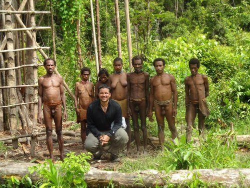 korowai, Tree House, sleeping with cannibal. papua, the Asmat, Manusia pohon